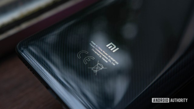 Xiaomi Mi 9T Задний корпус сфокусирован на логотипе и текстуре углерода