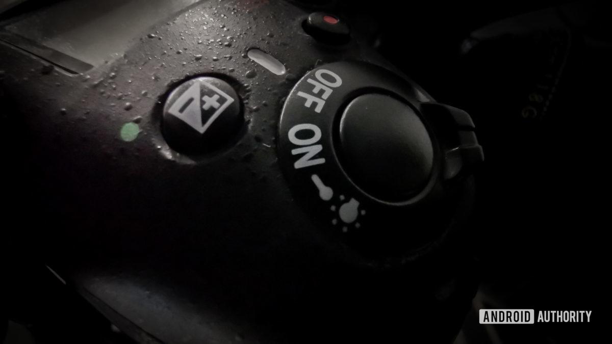Кнопка спуска затвора DSLR, переключатель питания и кнопка EV.  Ручной режим.