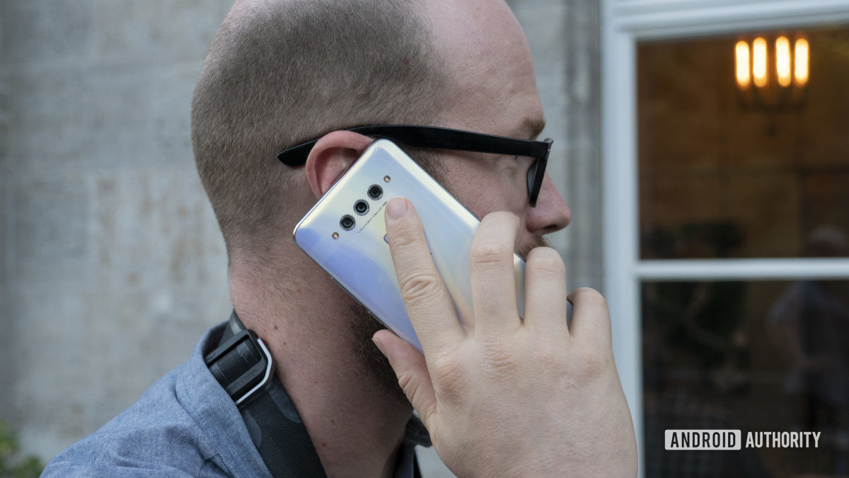 TCL Plex руки на белом в руке телефонный звонок до уха