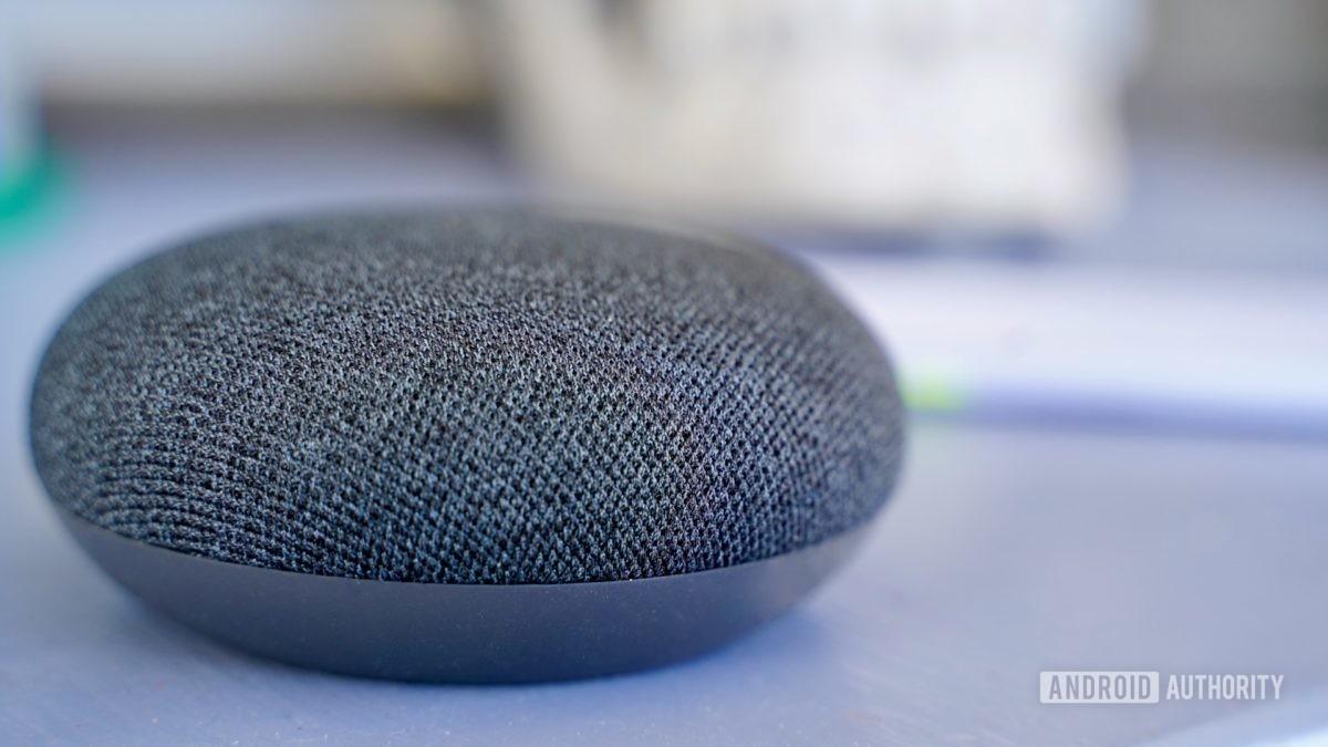 Уголь Google Nest Mini на фиолетовом столе