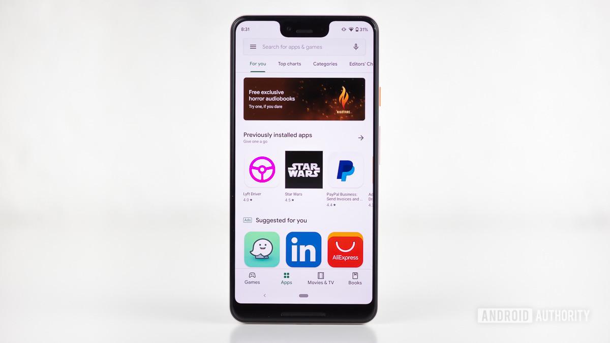 Приложение Google Play Store отображается на смартфоне Pixel 3