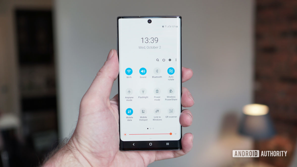 Меню быстрых настроек Samsung Galaxy Note 10 в руке