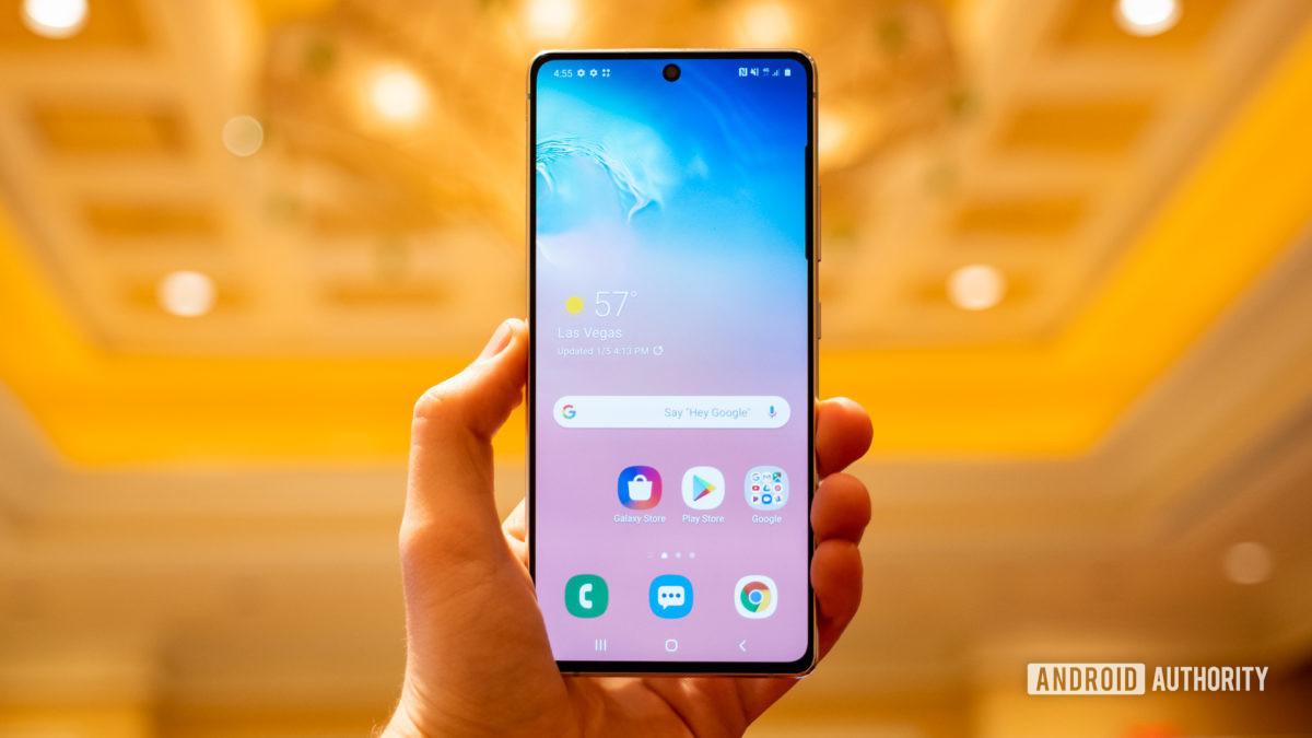 Экран Samsung Galaxy S10 Lite в руке 1
