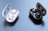 Uma imagem do Samsung Galaxy Buds Plus e Galaxy Buds lado a lado em uma comparação com os estojos de carregamento abertos para revelar os respectivos verdadeiros fones de ouvido sem fio.