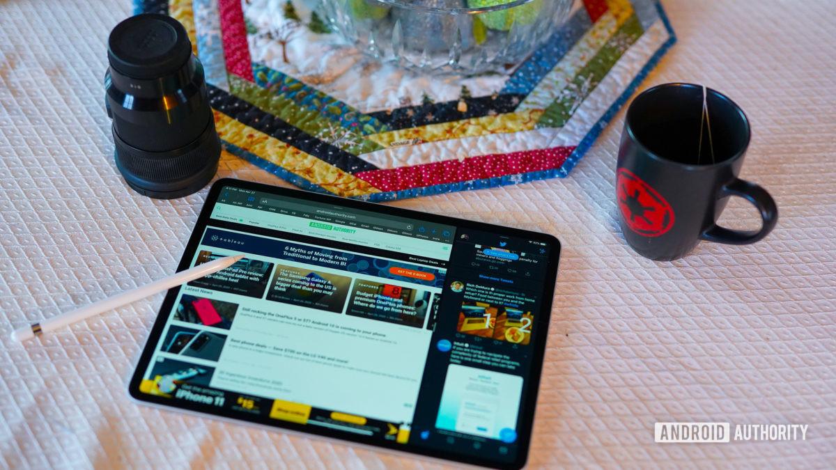 Apple iPad Pro 2020 на столе