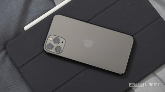 Черный iPhone 11 Pro на сером iPad Pro