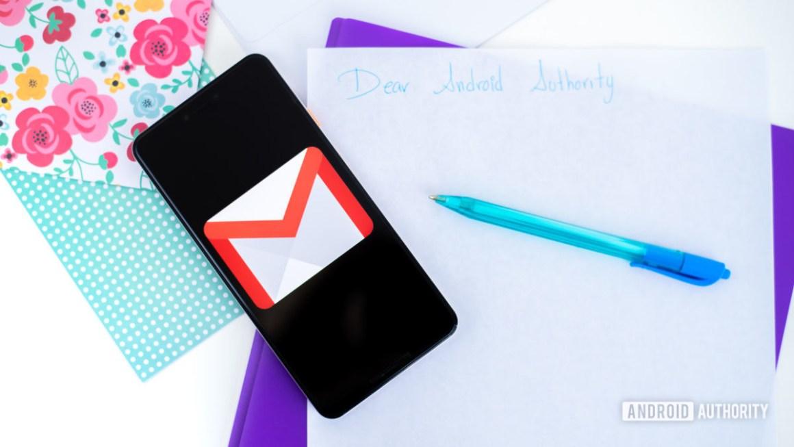 Логотип Gmail на смартфоне, сток фото 3