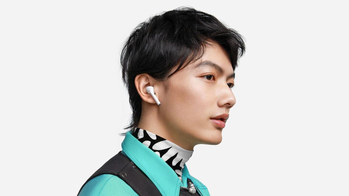 Изображение наушников Huawei FreeBuds 3i с беспроводным шумоподавлением, которые носят мужчины.