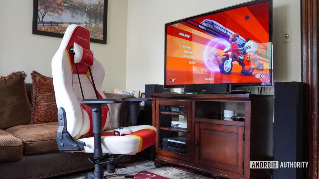 Стул E Win Racing Hero в гостиной