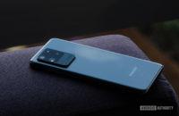 Samsung Galaxy S20 Ultra inclinado para trás