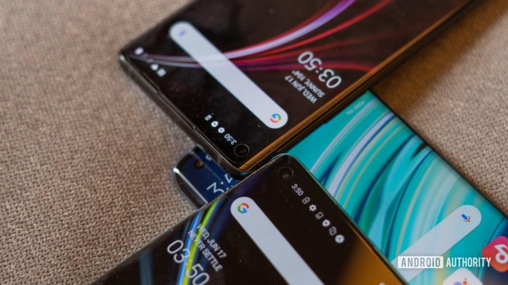 Xiaomi Mi 10 против вырезов камеры OnePlus 8
