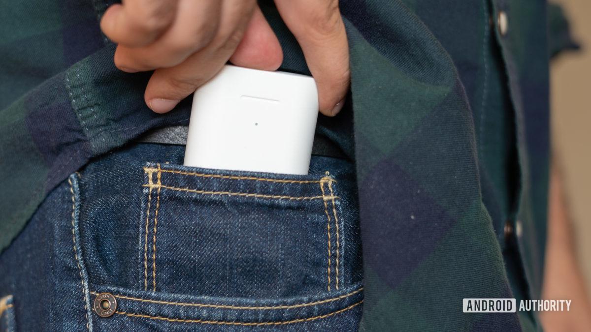 Изображение чехла Xiaomi True Wireless Earphones 2 в кармане джинсов
