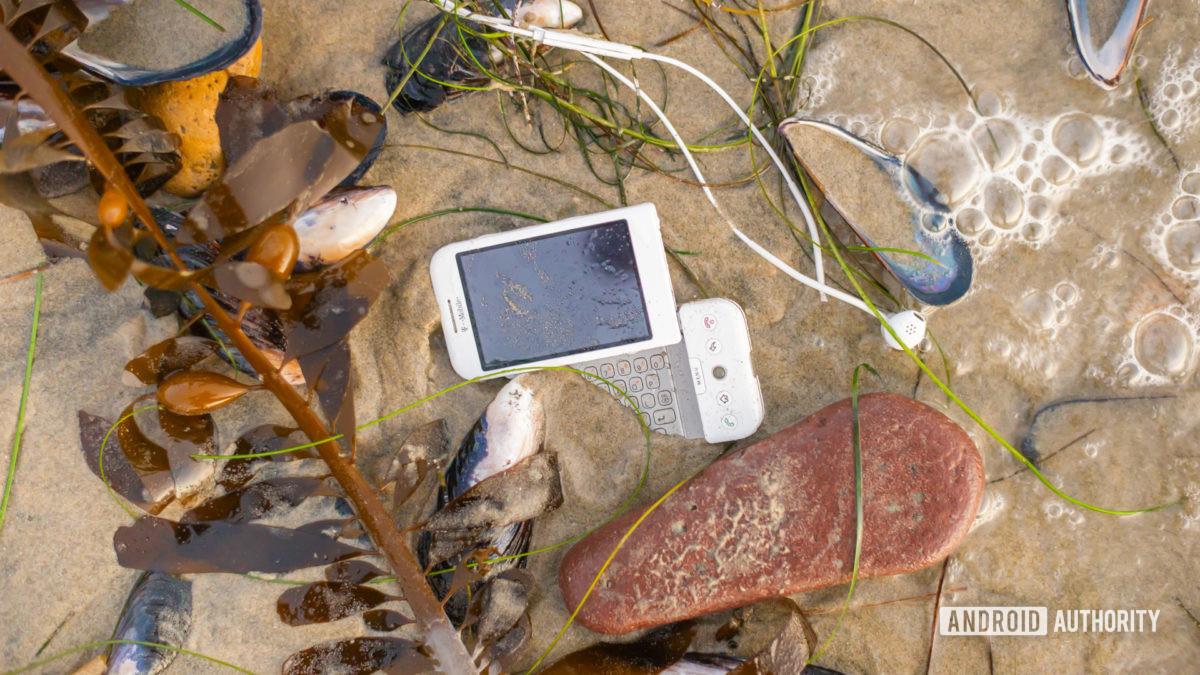 E Смартфон отходов на пляже1