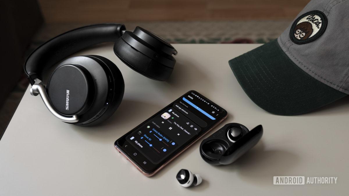 Фотография Samsung Dual Audio, выводящей звук со смартфона Samsung Galaxy S10e на Galaxy Buds Plus и Shure AOJNIC 50.