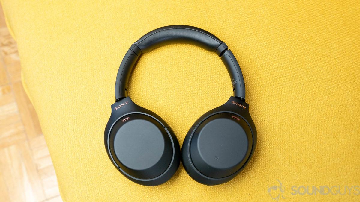 Os fones de ouvido com cancelamento de ruído Sony WH-1000XM4 totalmente amarelo fundo.