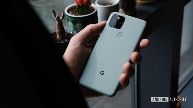 Google Pixel 5 в руке 6