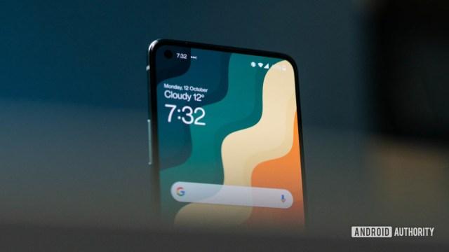 OnePlus 8T: снимок фронтального героя под углом в верхней части дисплея
