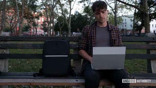 Samsonite Konnect i с Google Jaquard сидит на скамейке с ноутбуком 1