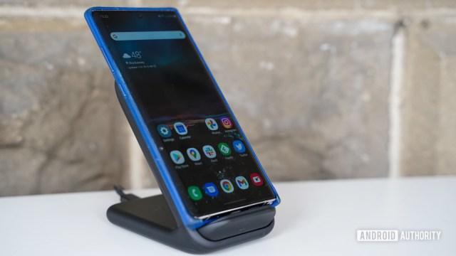 Подставка для беспроводного зарядного устройства Samsung с телефоном под углом