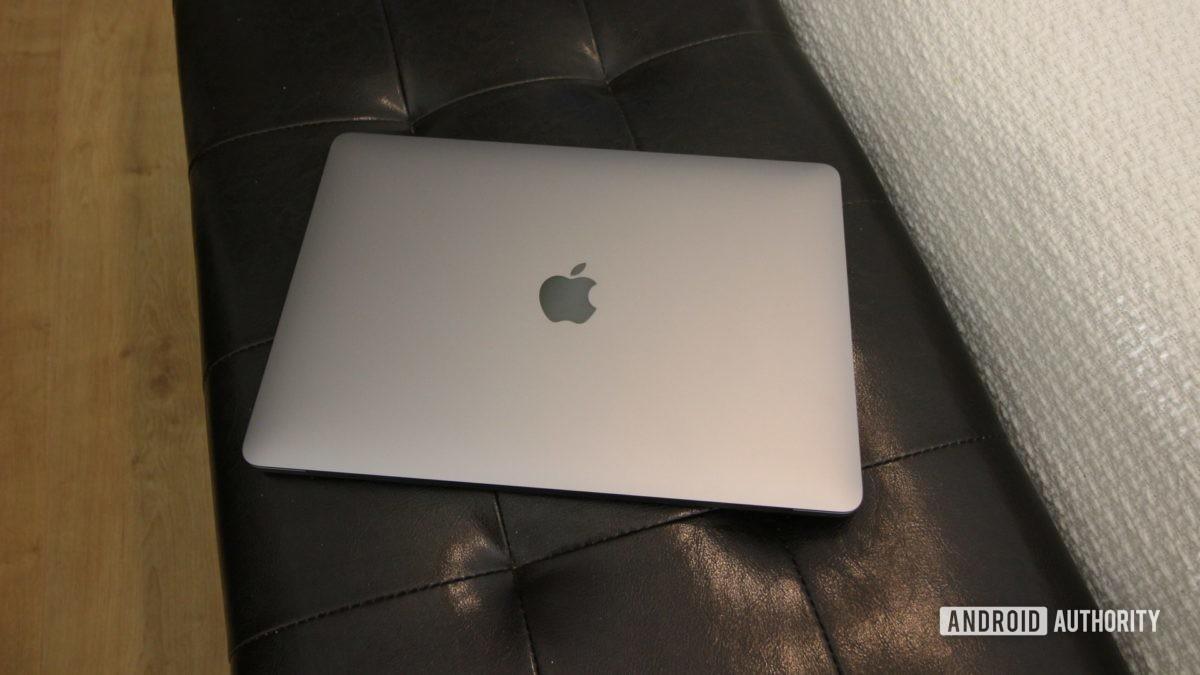 Apple MacBook Air M1 закрытый на черной подставке для ног