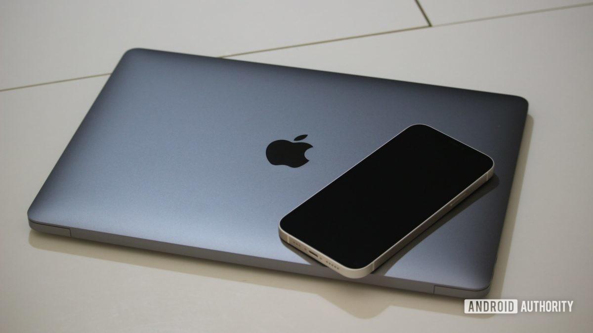 Apple MacBook Air M1 в закрытом виде с iphone сверху