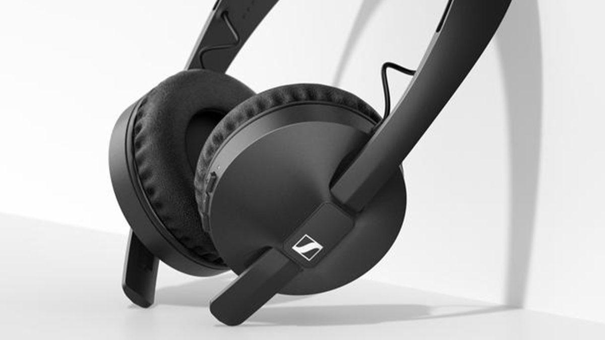 Os fones de ouvido sem fio Sennheiser HD 250BT na cor preta descansam contra uma superfície branca.