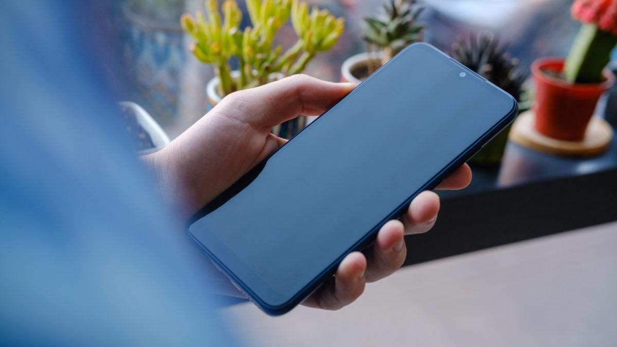 Tela do Moto G Play 2021 na mão