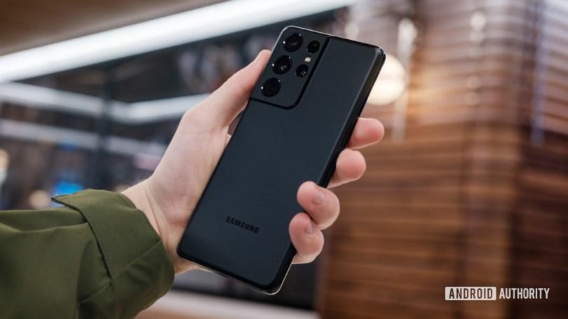 Samsung Galaxy S21 Ultra back in hand 2