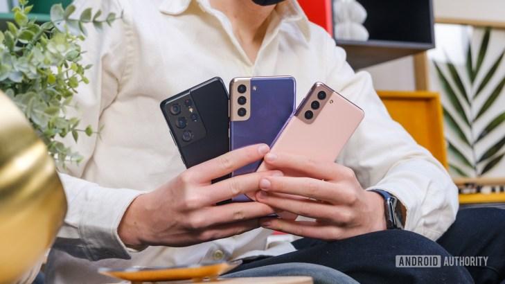 Samsung Galaxy S21 vs S21 Plus vs S21 Ultra in hand