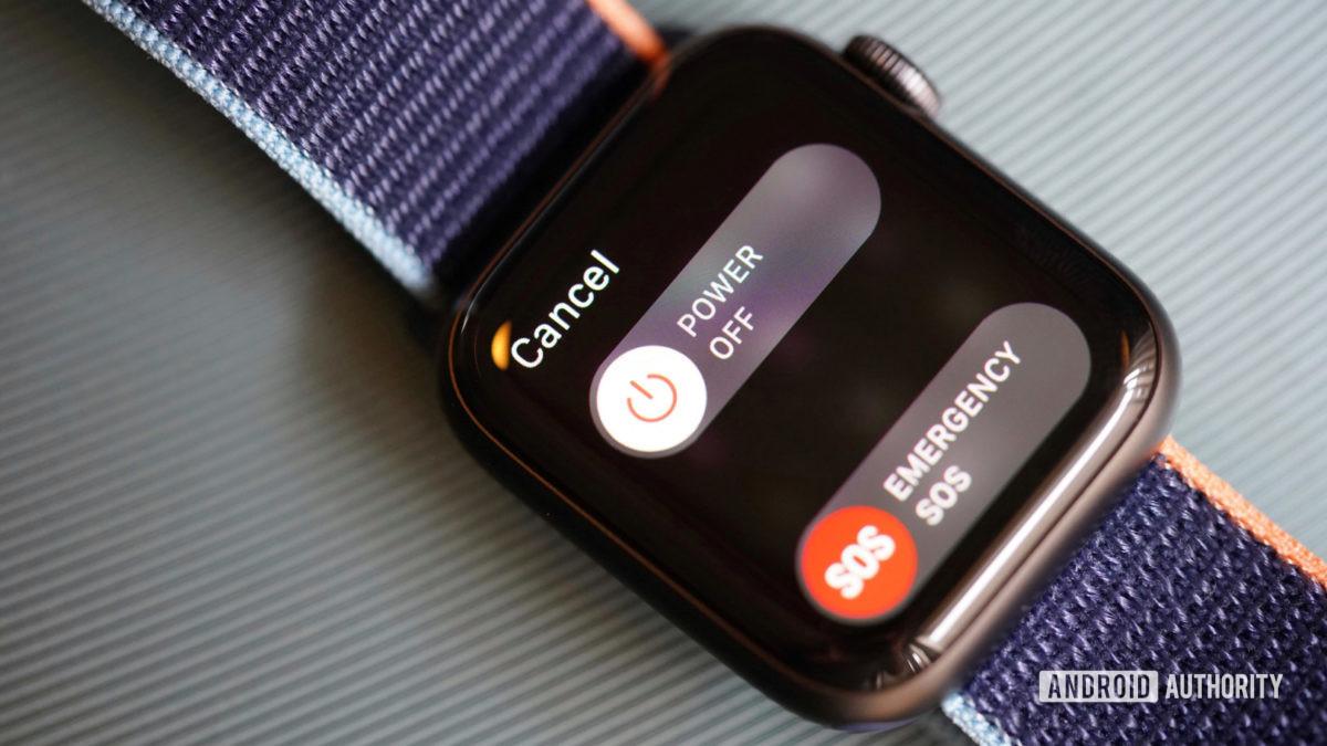Apple Watch Series 6 на зеленой поверхности отображает экран выключения питания