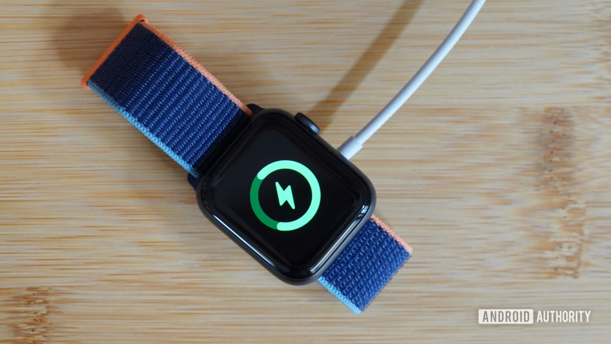 Зарядка Apple Watch Series 6 на деревянном столе
