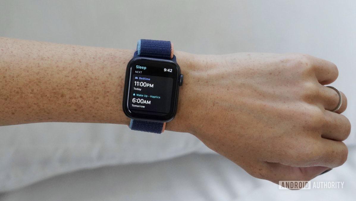 Apple Watch Series 6 на женском запястье показывает, как установить график сна в приложении Sleep