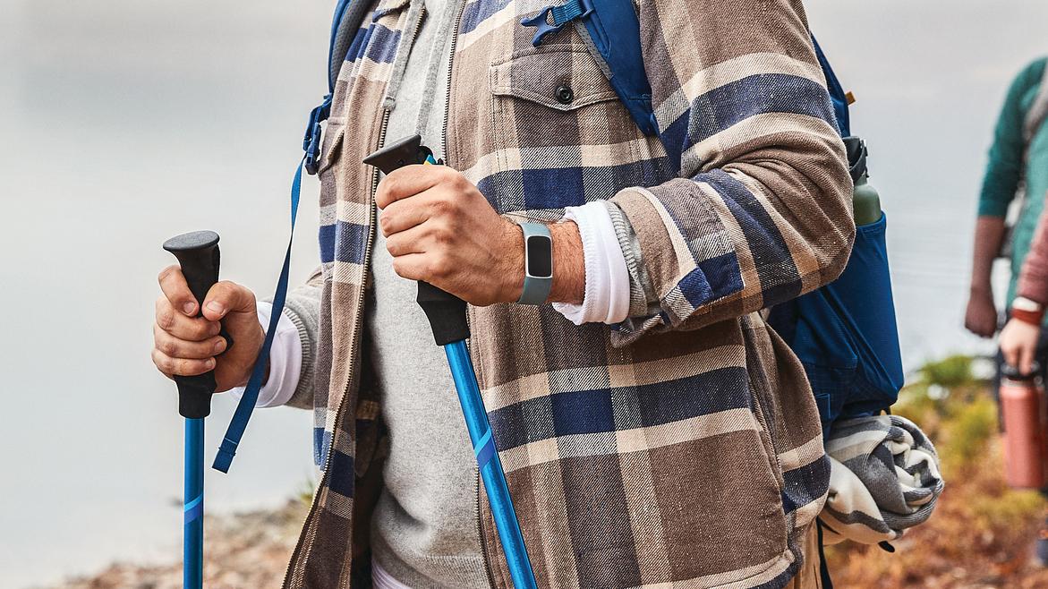 Fitbit Charge 5 Steel Blue Platinum на мужском запястье