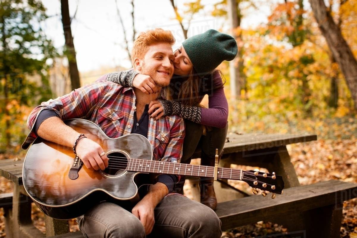 Cute Small Couple Wallpaper Hd Romantic Young Couple Playing Guitar On Picnic Bench In