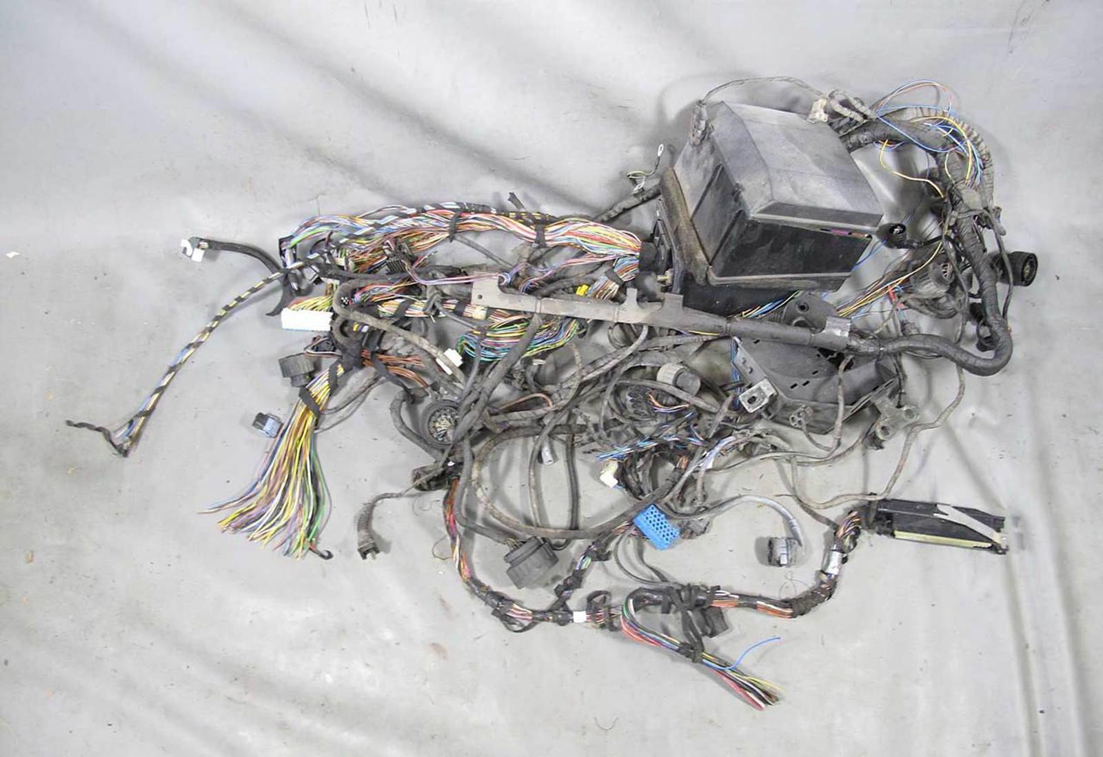 small resolution of 1994 1995 bmw e31 840i coupe body wiring harness w fuse box assembly 1994 1995