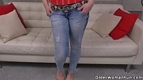 Bokep Euro milf Valentina Ross works her hairy cunt