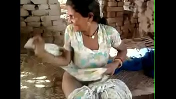 Bokep XXX Indian old mother jerking a cock