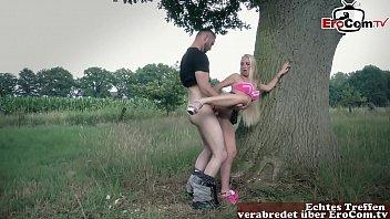 Junge Blondine mit ihrem Freund abgeschleppt zum outdoor sex