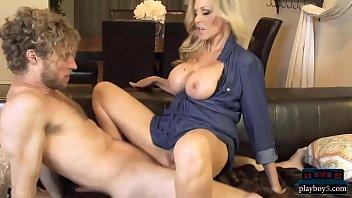 Video Ngentot Mature MILF mom Julia Ann fucks a much younger guy