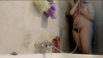 Tua madre è una grande troia ed ama sentirsi spiata sotto la doccia