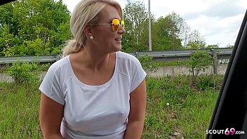 Geile Blonde Joggerin lutscht Schwanz von Fremden im Auto bei Fahrt zum Bahnhof - German Car