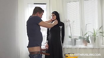 Porno Bokep Hot Muslim woman doing extra cleaning