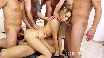 Video Ngentot Russian thot Kira Thorn sucks on a few cocks before enjoying her intense bukkake experience. The blond-haired beauty has to take every single load, her assertive GF is going to make sure of that. Watch her swallow semen like a slut.
