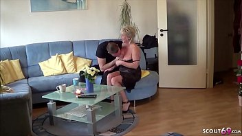 Bokep XXX German Mom - Notgeile MILF laedt sich den Nachbarsjungen ein und fickt ihn