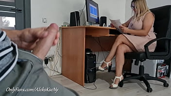 SHE WAS SHOCKED TO SEE ME JERKING OFF MY COCK AND WAS NOT AFRAID, I FLASH MY BIG FAT COCK