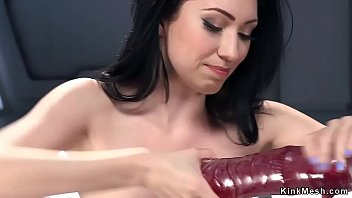 Video Ngentot Dark haired bodied solo slut rubbing huge red dildo on fucking machine