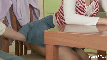 Stief Bruder mit Mega Schwanz fickt kleine Schwester in den Arsch nach den Hausaufgaben