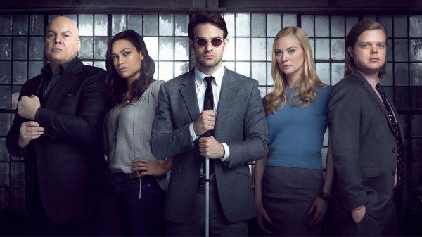 De volledig cast van Netflix Daredevil seizoen 1 met van links naar rechts Vincent D'Onofrio, Rosario Dawson, Charlie Cox, Deborah Ann Woll & Elden Henson