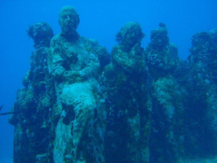 تمثال نحن المرجان من عمل الفنان جيسون تيلور في متحف كانكون البحري بالمكسيك