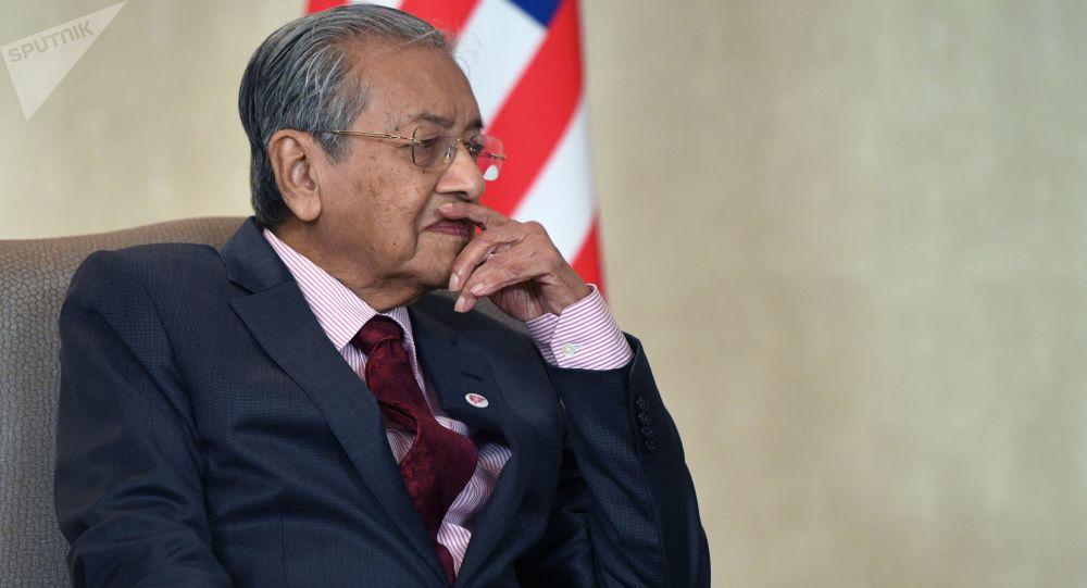 Photo of رئيس الوزراء الماليزي مهاتير محمد يقدم خطاب استقالته للملك